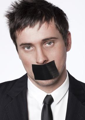 jeune home d'affaires censuré par un adhésif